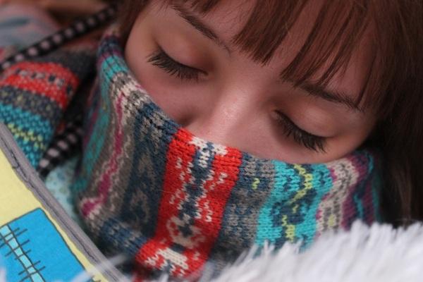 женщина закутанная в теплый шарф